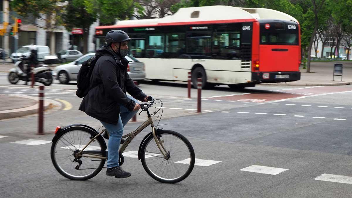 Carlos Márquez, con la inestimable ayuda de Mònica Tudela, te da siete consejos (hay muchos más...) para introducirte en el ciclismo urbano con unas mínimas garantías