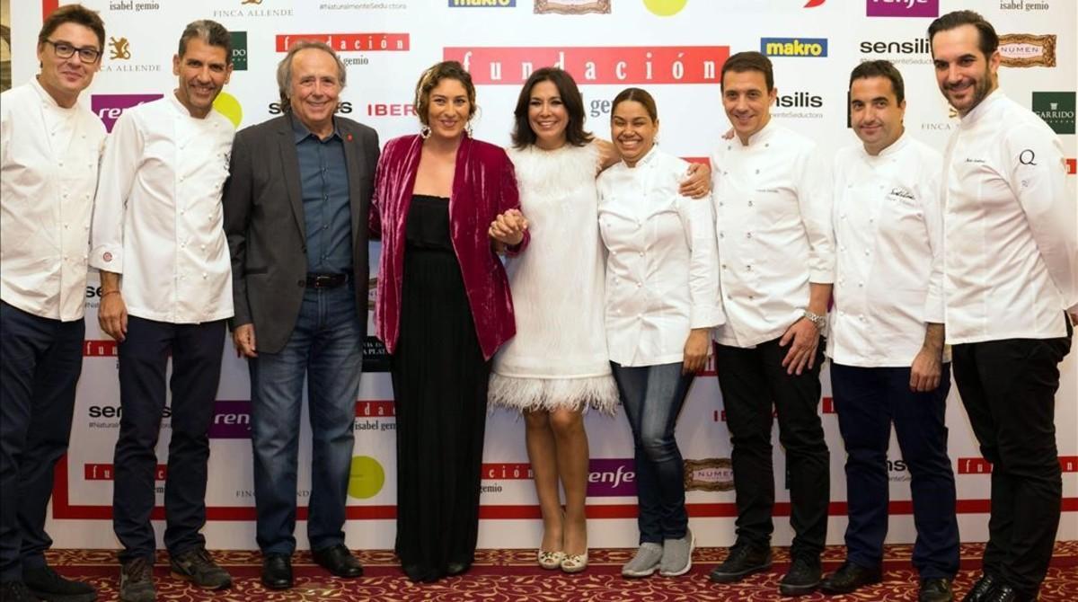 Isabel Gemio acompañada de Joan Manel Serrat, Estrella Morente y el equipo de chefs
