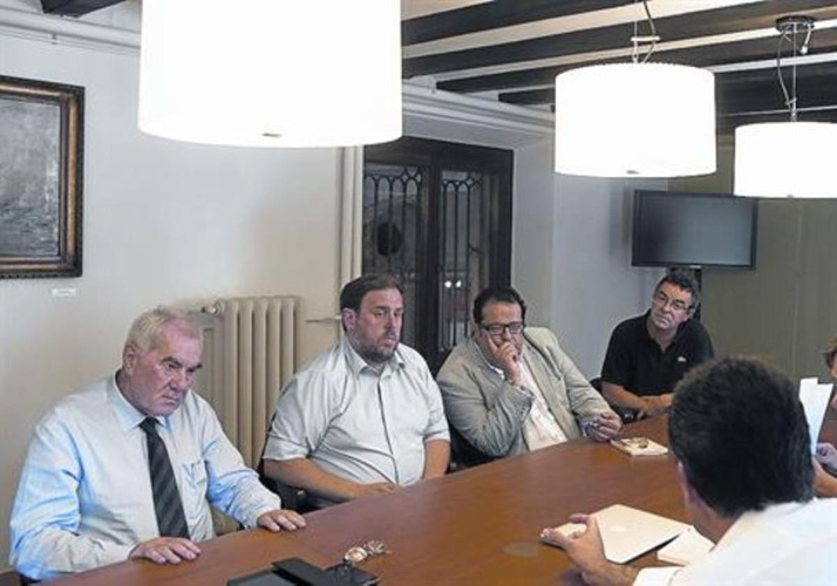 Ernest Maragall, Oriol Junqueras y Joan Ignasi Elena, durante una reunión, ayer en el Ateneu Barcelonès.