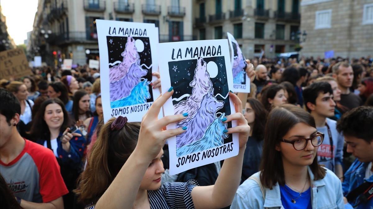 Una manifestación en Barcelona, el pasado abril,contra la violencia machista a raíz del caso de 'la Manada' (ilustración de Núria Just).