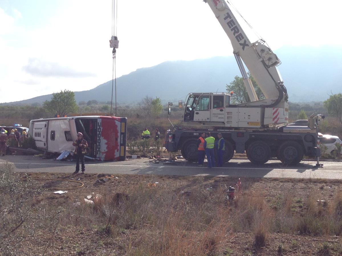 En el autocar accidentado viajaban 61 personas.