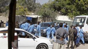 Los alrededores de la academia policial donde un terrorista se ha inmolado matando a 18 agentes en Mogadiscio, la capital de Somalia.