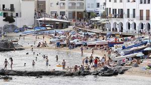 La playa del Port Bo de Calella de Palafrugell.