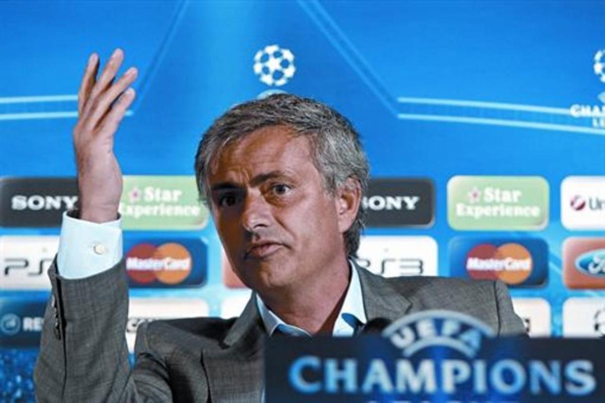 Mourinho, con gesto airado, durante la crispada rueda de prensa de ayer en Auxerre.