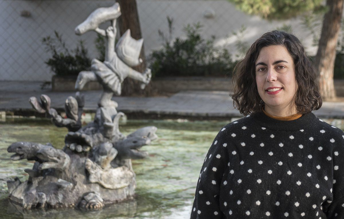Alícia Roselló, ante la escultura de Cobi.