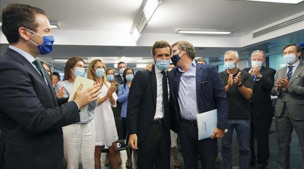 Altos cargos del PP aplauden a Alberto Núñez Feijóo, que el domingo ganó su cuarta mayoría absoluta, y al presidente del partido, Pablo Casado, al inicio del comité ejecutivo nacional en Madrid.