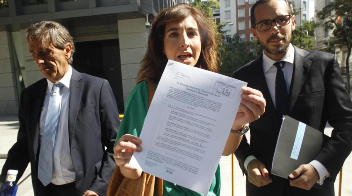 Ilena Izverniceanu, portavoz de la OCU, junto a Felipe Izquierdo y Eliseo Martínez, abogados.
