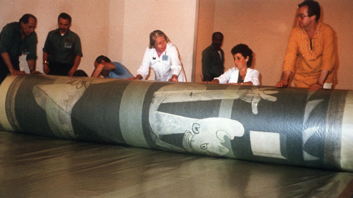 Técnicos del Moma enrollan el 'Guernica' para su traslado a España, el 9 de septiembre de 1981.