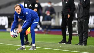 Thomas Tuchel devuelve el balón al campo durante el West Ham-Chelsea