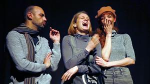 De izquierda a derecha, Bernat Cot, Lluna Pindado y Laura Pau en una escena de 'Boira a les orelles'.