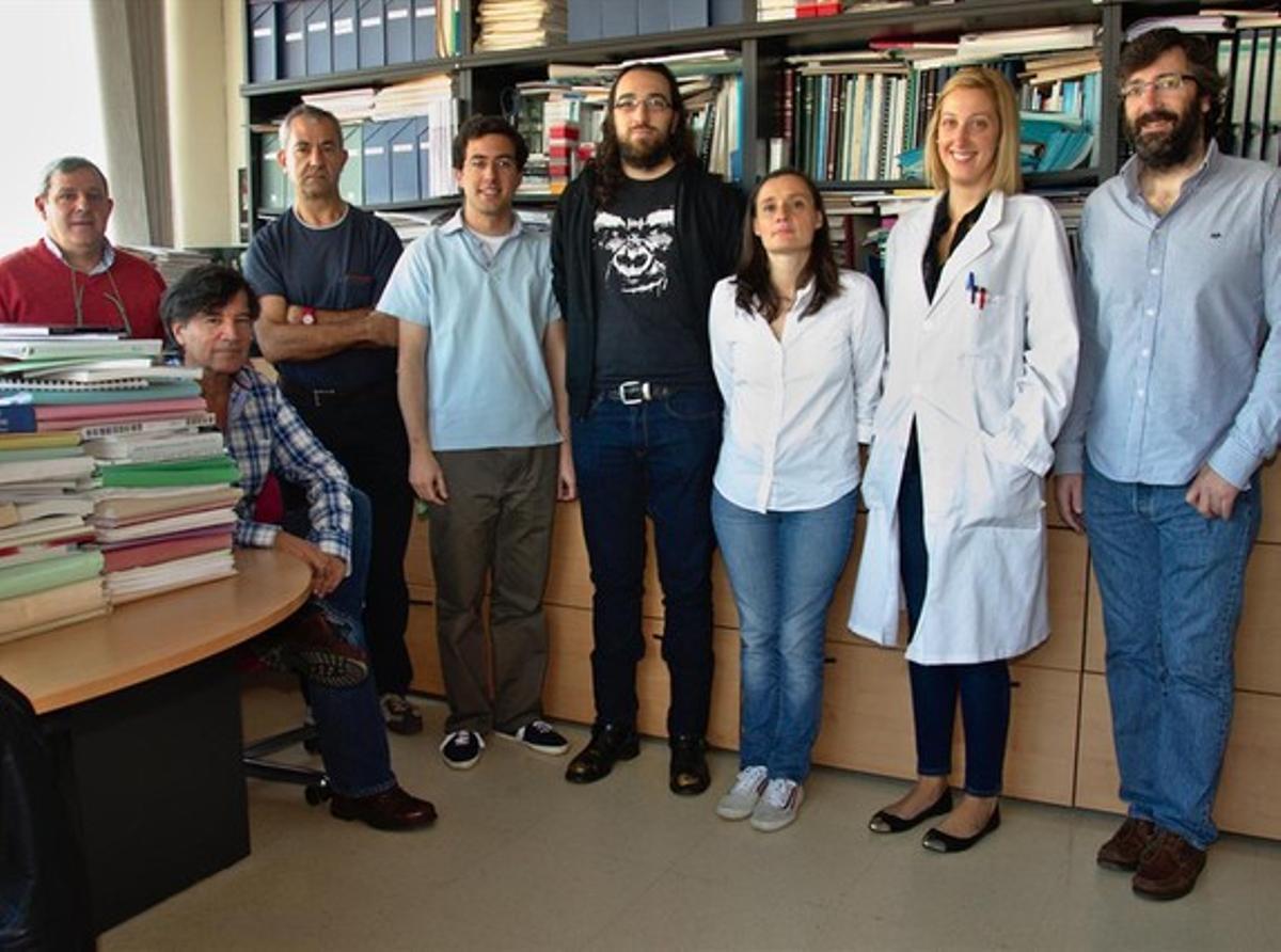 El equipo de la Universidad de Oviedo y del Hospital Universitario Central de Asturias, encabezado por Carlos López-Otín (segundo por la izquierda), que ha identificado un gen cuyas mutaciones causan alteraciones cardiacas.
