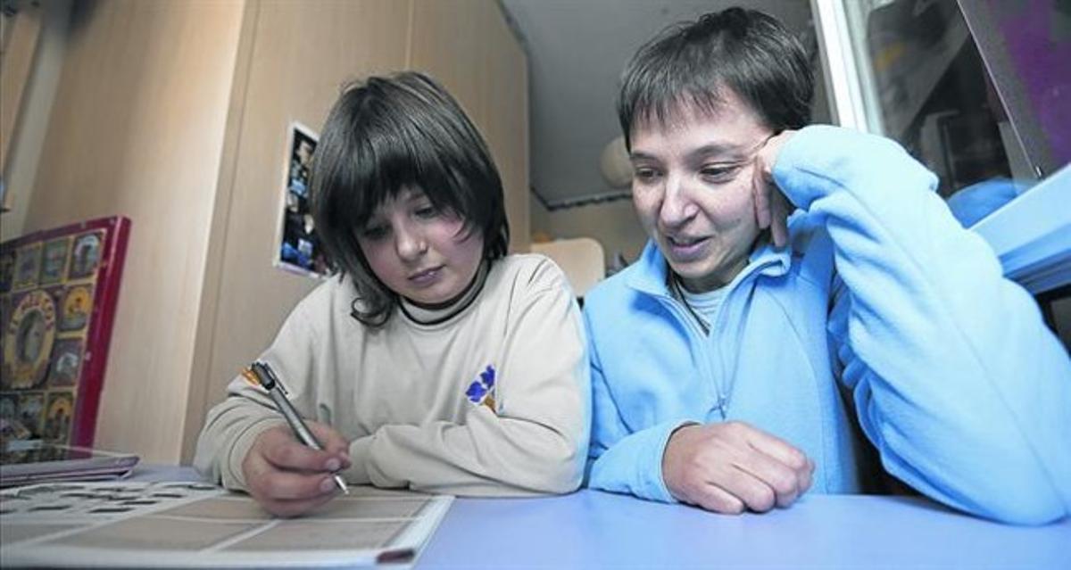 En casa 8 Cristina y su madre repasan los deberes de clase.