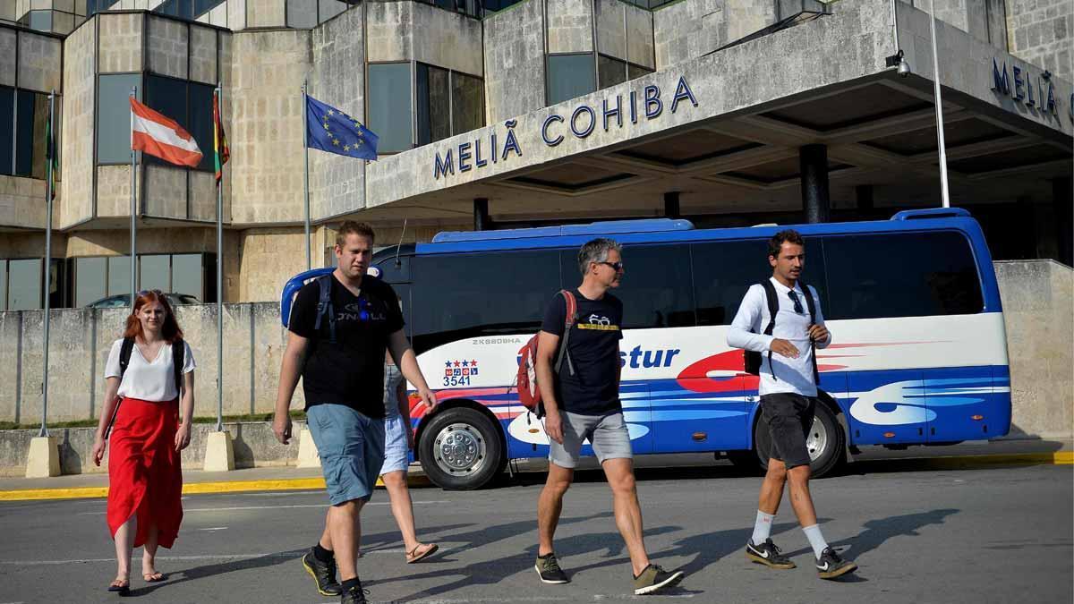 Turistas frente al hotel Melia Cohiba, en La Habana, en una imagen de archivo.