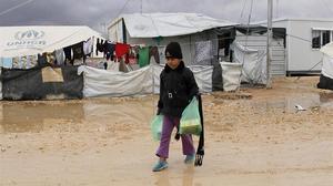 Un niño refugiado sirio camina por el campo de refugiados de Zataari, en Jordania.