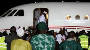 Yahya Jammeh embarca en el avión con el que ha abandonado Gambia.