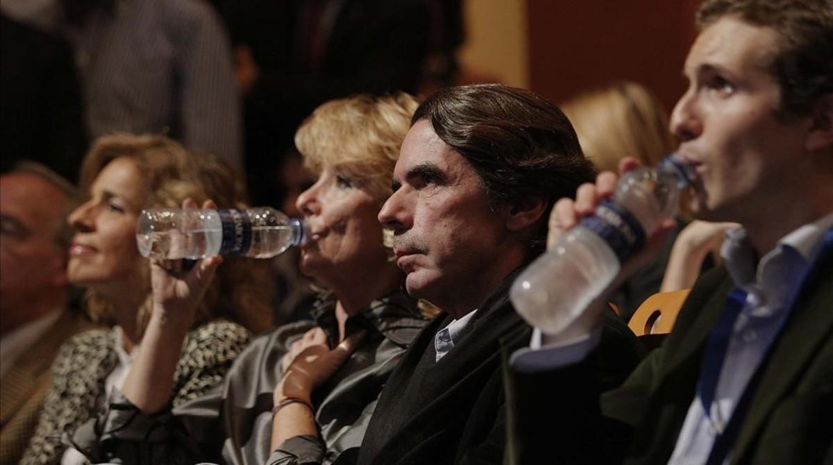 Pablo Casado, en primer término, con José María Aznar y Esperanza Aguirre, en un acto de Nuevas Generaciones en noviembre del 2008.