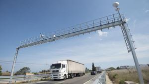 Un camión pasa bajo el arco de inicio de un radar de tramo en las comarcas del Ebre.