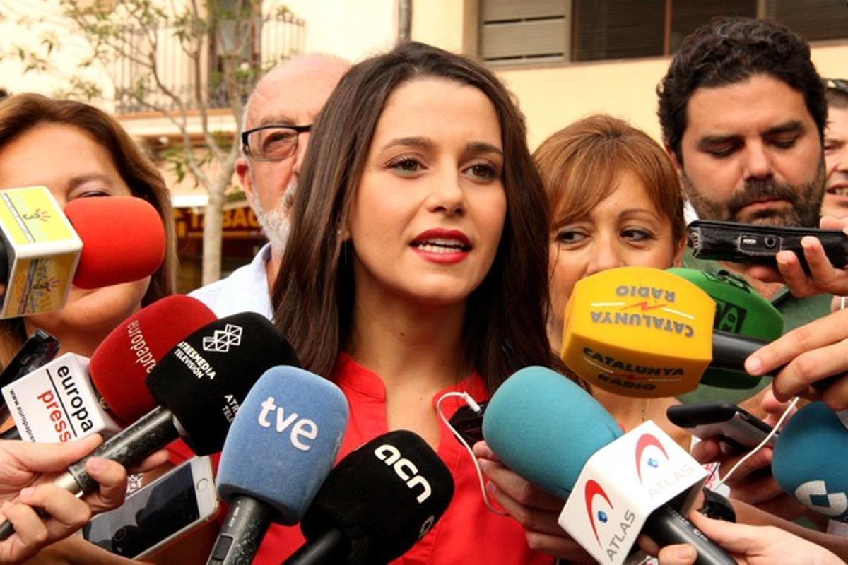 La candidata de Ciutadans, Inés Arrimadas, atiende a los medios este jueves en las fiestas de Sants.
