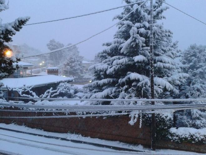 Neu a la urbanització Puigmontmany, a Cervelló (Baix Llobregat), aquest matí.