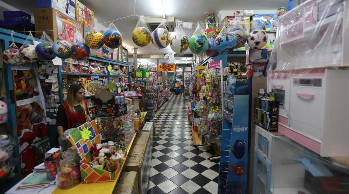Joguines Foyé, centenaria tienda de la calleBanys Nous, liquida sus existencias por cierre.