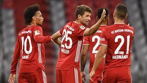 Muller festeja con sus compañeros el sexto gol de la noche ante el Schalke 04.