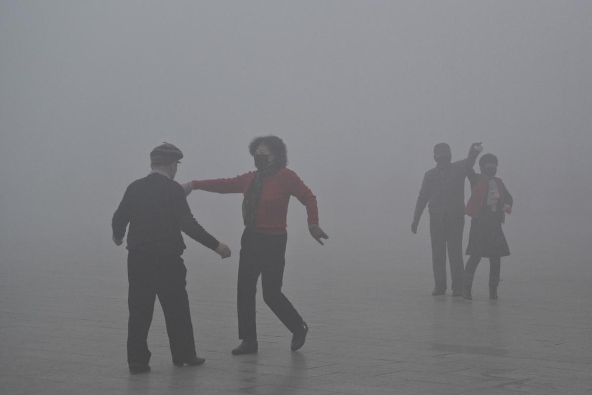 Personas con mascarillas bailan en un parque de Fuyang, el martes 3 de enero.