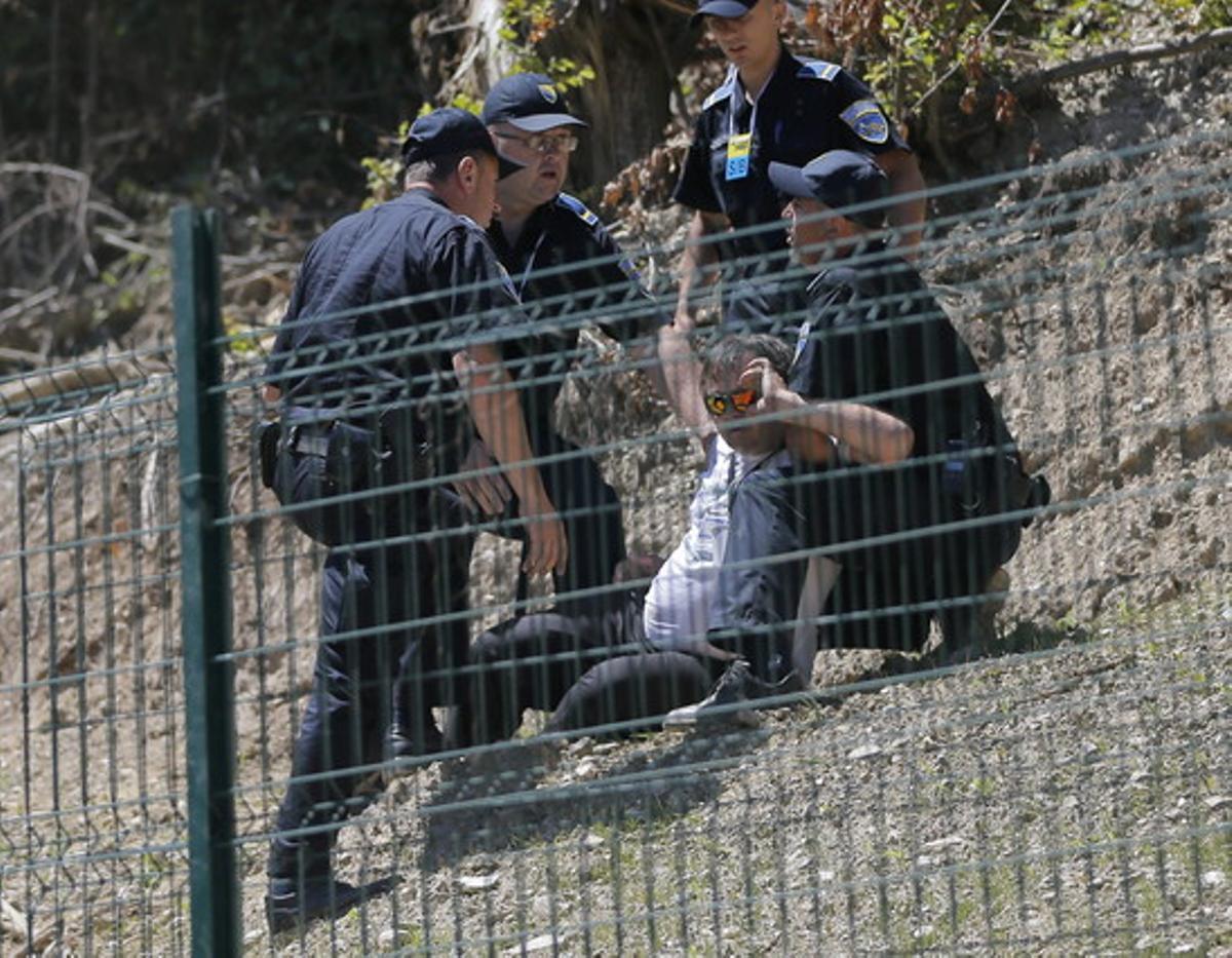 Policías bosnios arrestan a un hombre después que el primer ministro de Serbia, Aleksandar Vucic, fue agredido en el Centro Memorial de Potocari en Srebrenica.