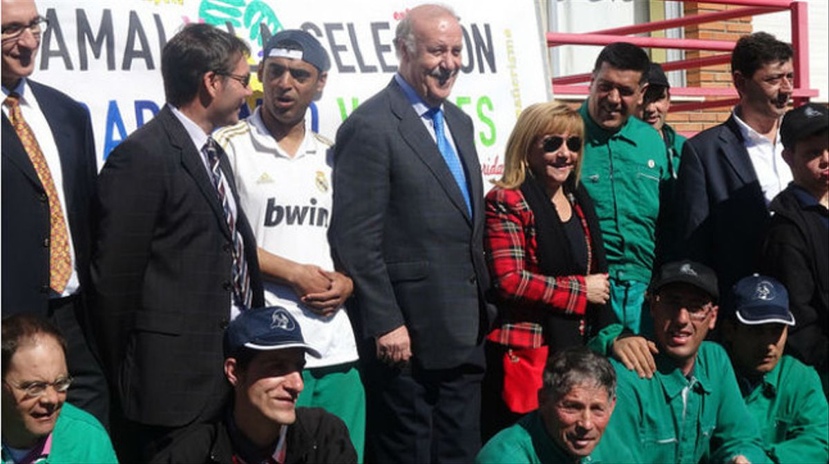 La presidenta de la Diputación acompañando al seleccionador Vicente del Bosque durante la visita al centro Ocupacional COSAMAI (marzo 2014).