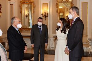 Margarit (izquierda), con el ministro de Cultura y los Reyes, en el Palacete Albéniz.