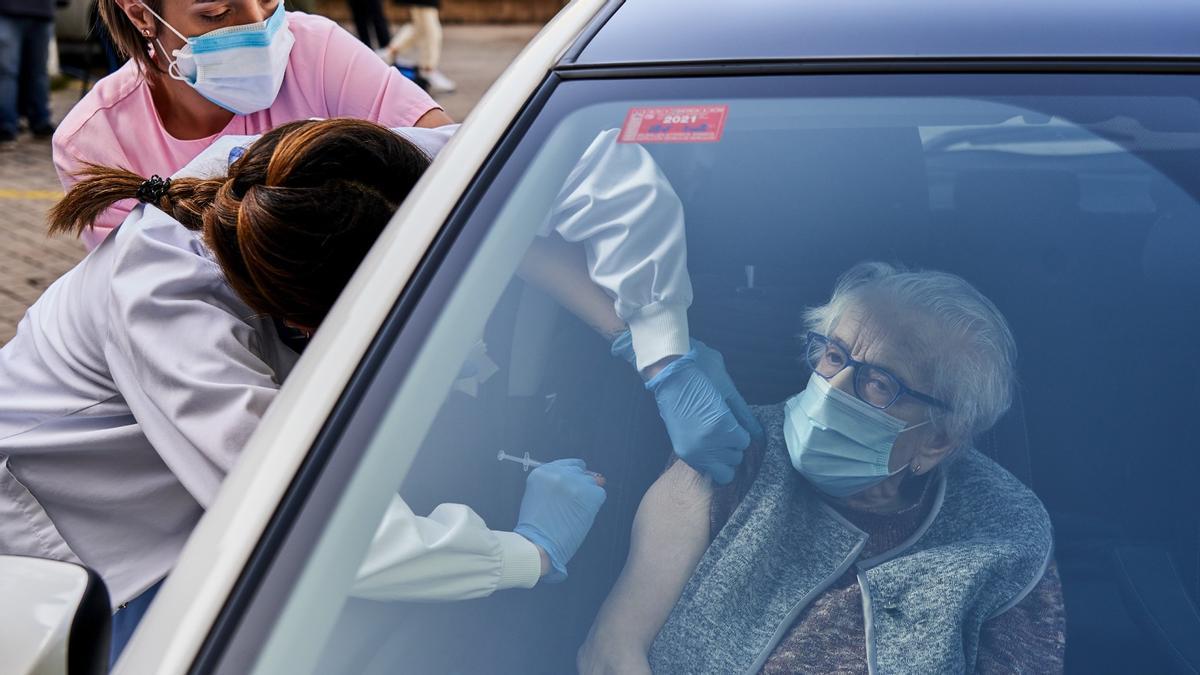 Una mujer, vacunada en su coche en las inmediaciones del Hospital Santiago Apóstol, en Vitoria-Gasteiz (Álava), este miércoles.