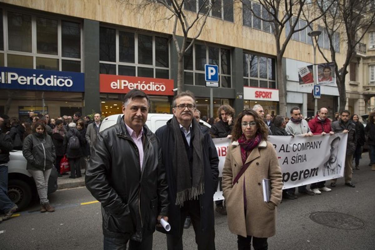 De izquierda a derecha, el fotoperiodista Gervasio Sánchez, el decano del Col·legi de Periodistes de Catalunya Josep Maria Martí y la corresponsal en Afganistán Mònica Bernabé, en la concentración de este miércoles frente a EL PERIÓDICO.