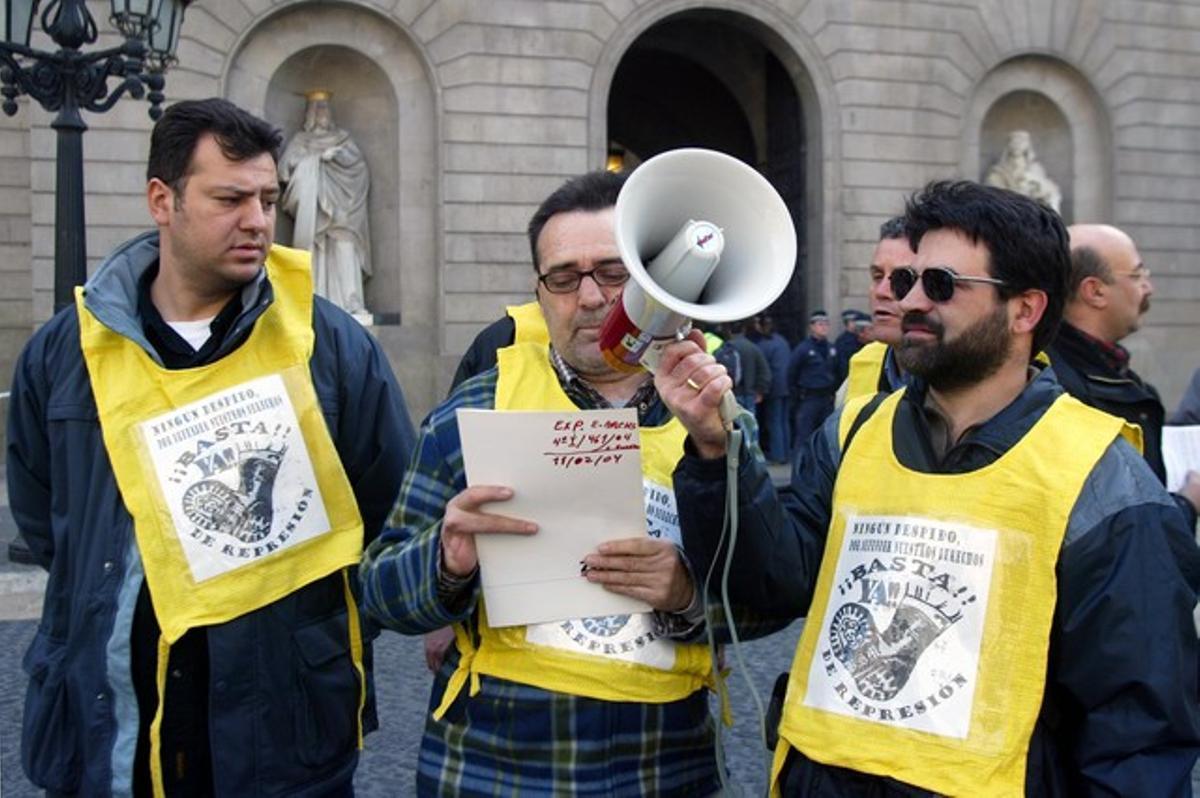 Protesta de trabajadores de BSM en la plaza Sant Jaume, en febrero del 2004.