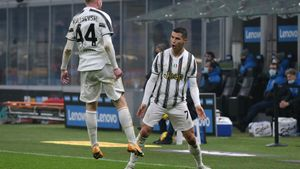 Cristiano Ronaldo celebra un gol con su compañero Dejan Kulusevski.