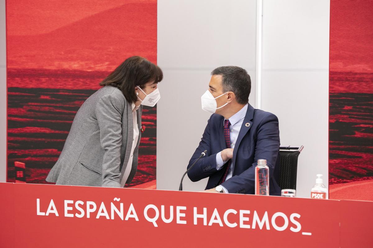 El líder socialista y presidente del Gobierno, Pedro Sánchez, habla con la presidenta del PSOE, Cristina Narbona, este 17 de mayo de 2021 en Ferraz, durante la reunión de la ejecutiva federal del partido.