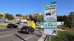 Una de las señales que alerta del veto a los coches más contaminantes en los días de elevada polución, en L'Hospitalet.