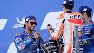 Alex Rins celebra su victoria, en Aragón, junto a Alex Márquez y Joan Mir.