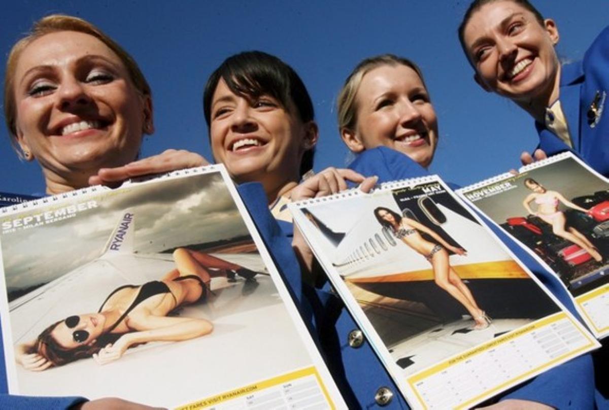 Azafatas participantes en un calendario solidario de Ryanair.