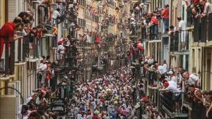 Vista aérea de un encierro de las fiestas de San Fermín, con toros de la ganadería de Pedraza de Yeltes