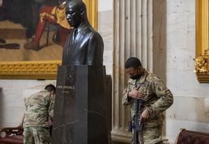 Un soldado de la Guardia Nacional descansa ante un busto dedicado a Martin Luther King en el Capitolio