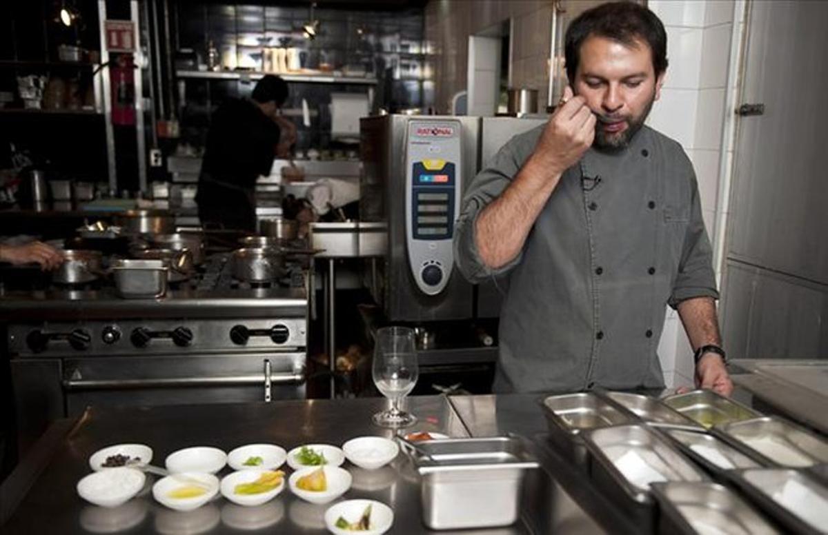 El cocinero, probando recetas en la cocina del restaurante Pujol.