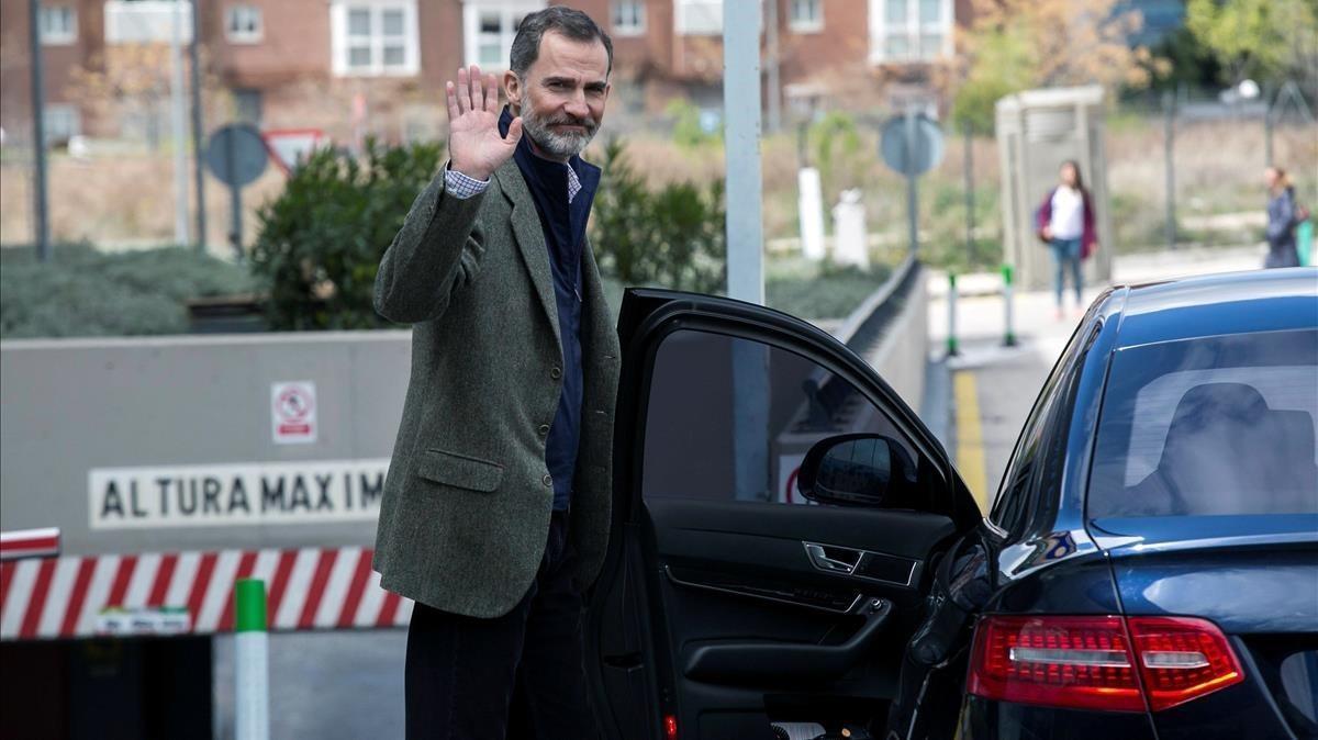 El rey Felipe saluda a la salida del hospital.