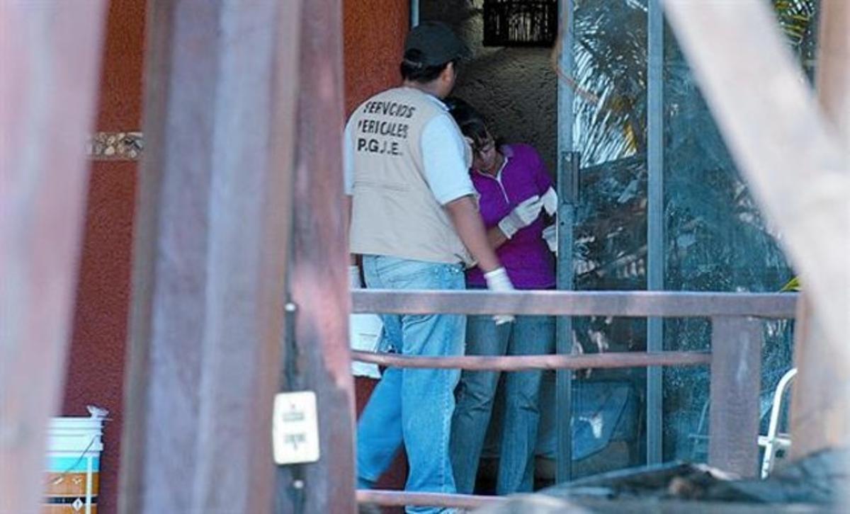 La policía científica busca huellas que puedan llevar hasta los autores de la agresión.