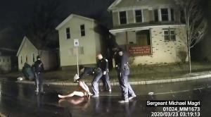 Un momento del vídeo en el que se ve a policías de Rochester agredir a Daniel Prude.