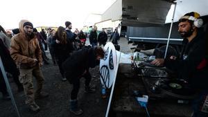 La fiesta multitudinaria de fin de año celebrada en el hangar de Lieuron, en Francia.