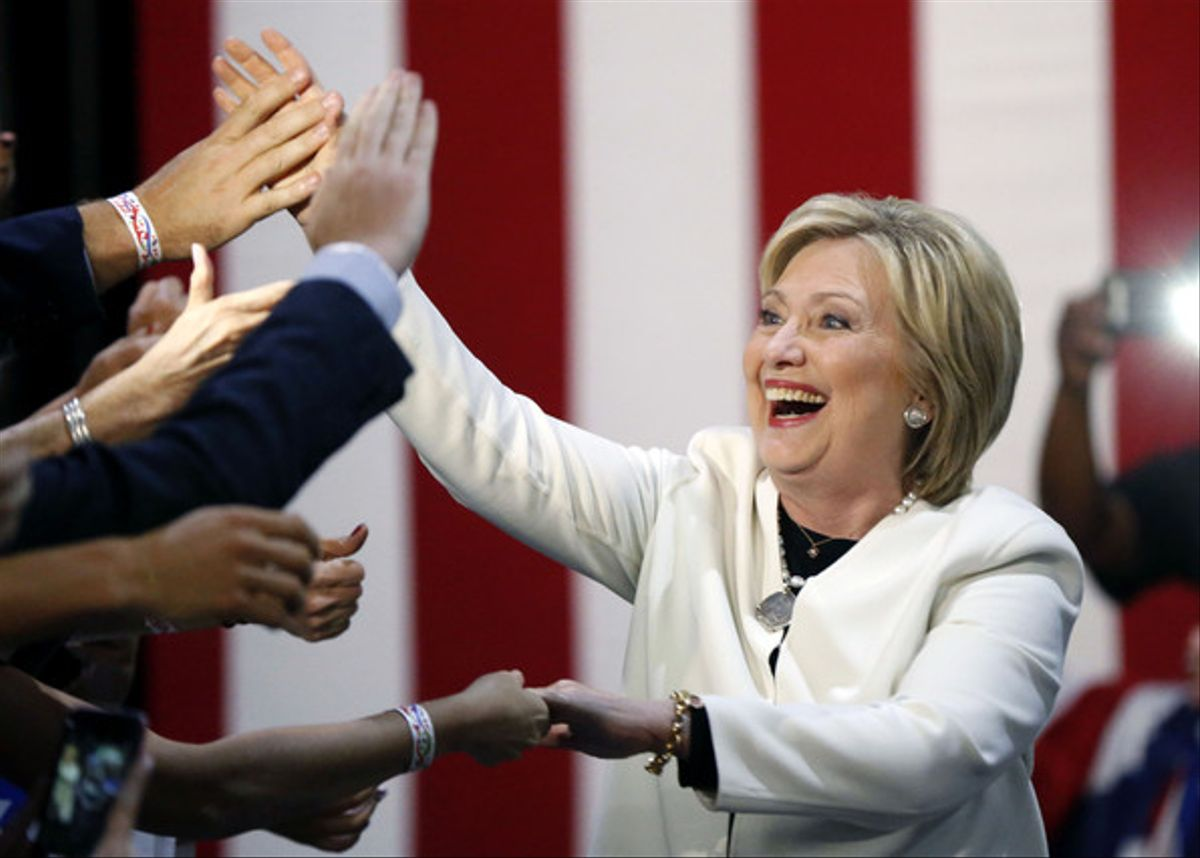 Hillary Clinton saluda a sus seguidores, anoche en Miami.