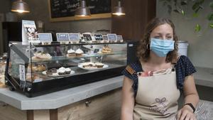 Catalina Barbero, en su cafetería Bykate de Barcelona, espera la llegada del turismo.