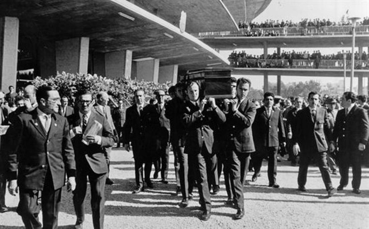 Los compañeros de Benítez, con Gallegoy Müller a la cabeza, portan el féretro.