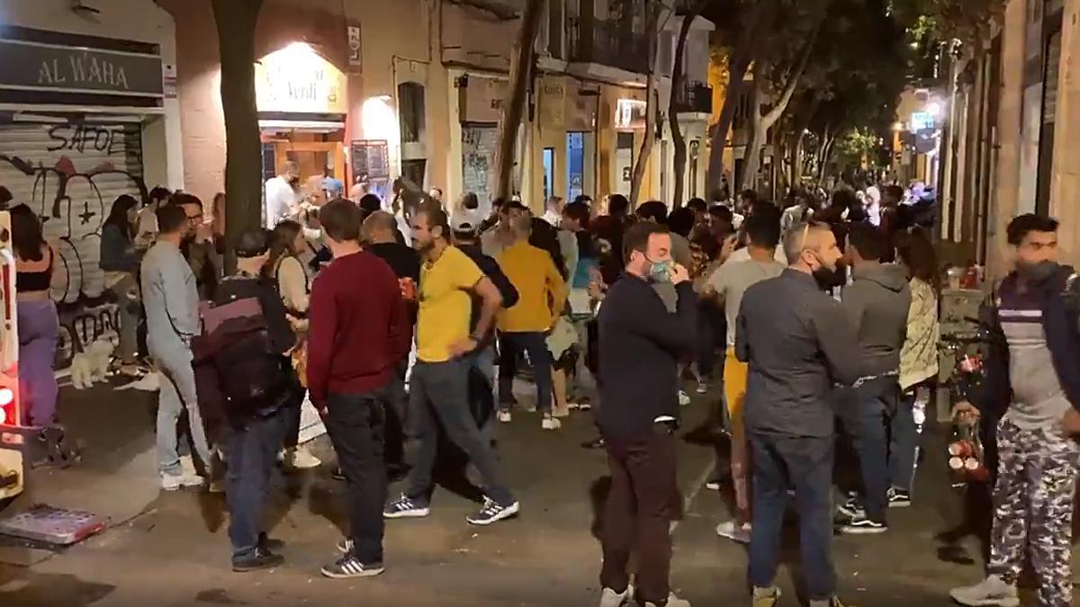 Personas reunidas y bebiendo en la calle Verdi de Barcelona durante el último toque de queda antes de que finalice el estado de alarma, esta medianoche del domingo 9 de mayo.
