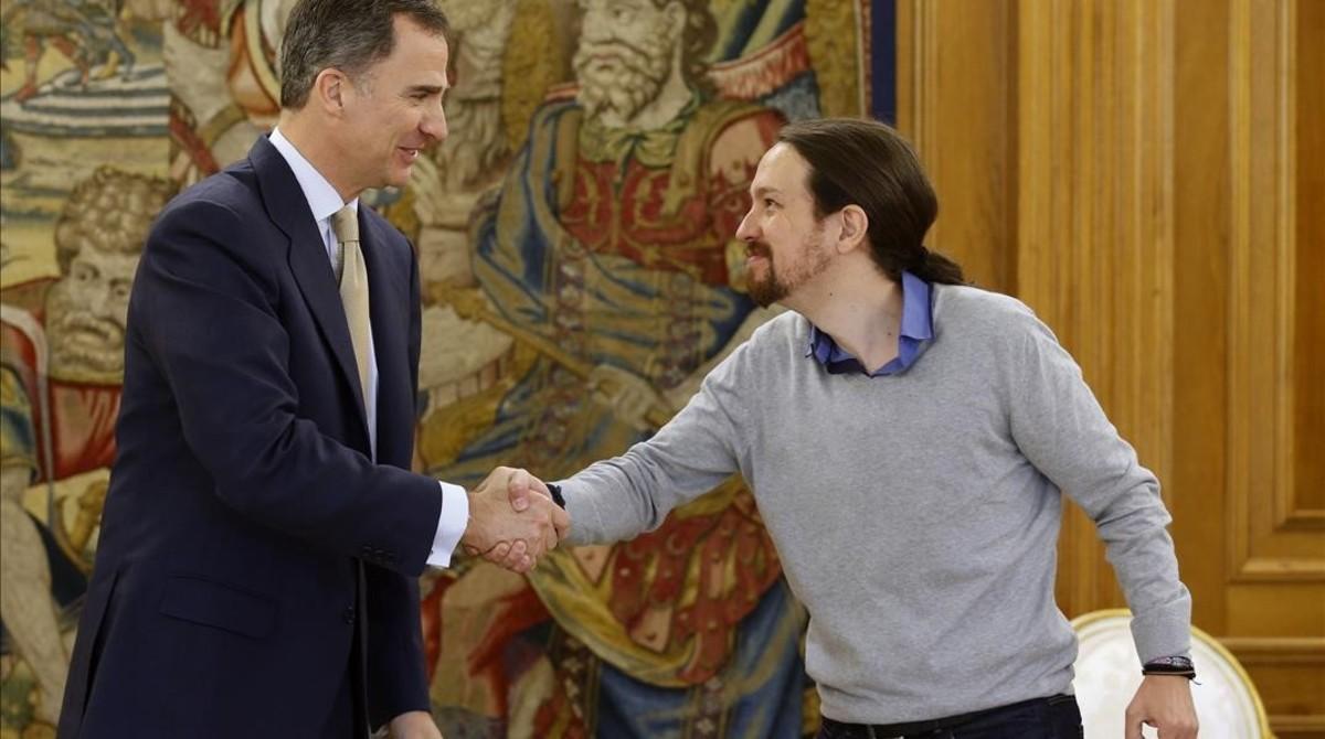 Pablo Iglesias saluda al Rey en la tercera ronda de contactos.