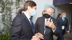 Isidre Fainé, presidente de la fundació La Caixa, y la fundación Cede, con el presidente de Bankia, José Ignacio Goirigolzarri, en la primera imagen de ambos tras anunciarse la integración con CaixaBank.